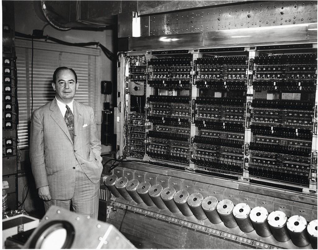 John von Neumann junto a la máquina del IAS. Fuente: IAS.