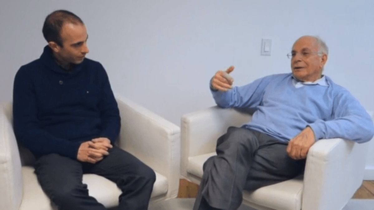 Daniel Kahneman y Yuval Noah Harari conversando